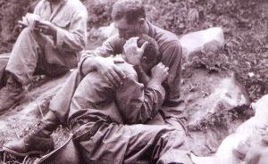 Soldado consolando a otro en la guerra de Corea, autor desconocido.
